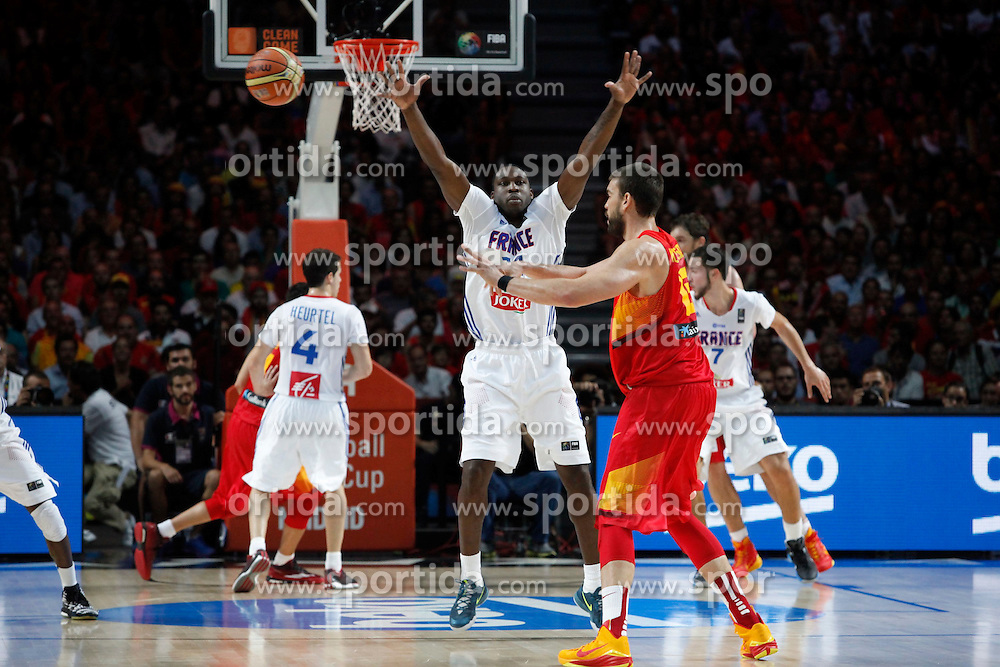 10.09.2014, Palacio de los deportes, Madrid, ESP, FIBA WM, Frankreich vs Spanien, Viertelfinale, im Bild Spain´s Marc Gasol (R) and France´s Pietrus // during FIBA Basketball World Cup Spain 2014 Quarter-Final match between France and Spain at the Palacio de los deportes in Madrid, Spain on 2014/09/10. EXPA Pictures © 2014, PhotoCredit: EXPA/ Alterphotos/ Victor Blanco<br /> <br /> *****ATTENTION - OUT of ESP, SUI*****