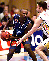 Basketball, BLNO 11. januar 2002. Asker Aliens-Tromsø Strom 95-75.  Cory Jenkins, Asker Aliens spilte en meget bra kamp. Her mot Scott English (t.h.), Tromsø.