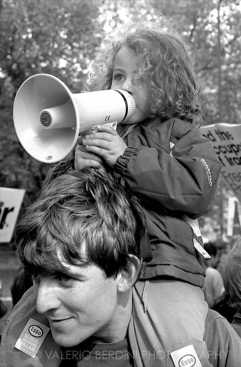 A child and her father ask for the end of occupation of Iraq. Hyde Park, London. 27/09/2003