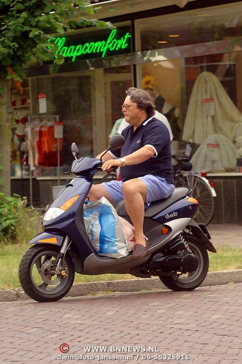 NLD/Blaricum/20060707 - Oger Lusink doet boodchappen op zijn scooter in Blaricum