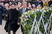 Nationale dodenherdenking bij het Nationale Monument op de Dam, Amsterdam. // National Memorial day at the National Monument on the Dam, Amsterdam.<br /> <br /> Op de foto:  Koning Willem-Alexander en koningin Maxima  // King Willem-Alexanderand Queen Maxima