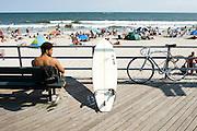 Official surf beach between 87-92 Streets..Rockaway Beach, Queens, New York, USA..Rockaway is making a comeback for New Yorkers who share the endless beach with the locals on weekends. Rockaway Beach is  also one of the favorite spots for surfers on the East Coast, a stretch of the beach is reserved exclusively for them. ..Deutsch: ..Ofizieller Surfer Strand zwischen 87ter und 92ter Strasse..Rockaway Beach, Queens, New York, USA, Nordamerika..Rockaway erlebt eine Renaissance. Urlaubsreife New Yorker teilen sich an den Sommerwochenenden den endlosen Strand mit den Einwohnern der Halbinsel im Stadtteil Queens. Auch die Surfer zieht es hierher, es ist mittlerweile einer der beliebtesten Surfstraende der Ostkueste und die Stadt hat eigens einen Abschnitt nur fuer Surfer reserviert. Die meisten Straende sind mit der Ubahn erreichbar, auch eine neue Faehre verbindet Manhattan mit Rockaway's Jacob Riis Park in 75 Minuten.