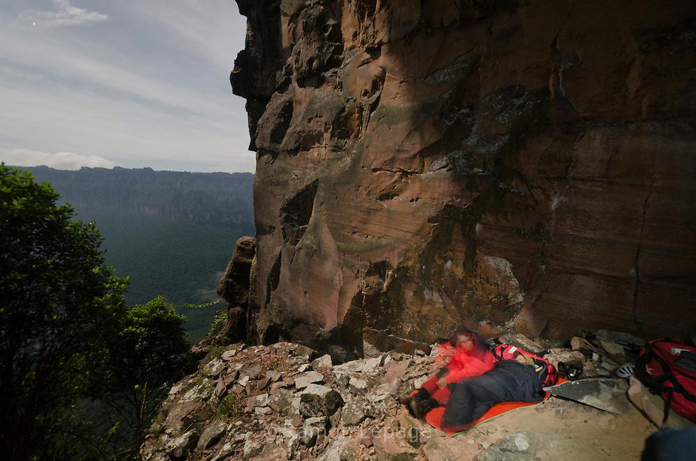 """AUYANTEPUY, VENEZUELA. Hombre durmiendo en el sitio del vivac conocido como """"La Cueva""""  durante el  Rappel por la margen izquierda  del Salto Angel. El Auyantepuy es el mayor de los tepuis del Parque Nacional Canaima. En sus 700 kms2 alberga el salto angel o conocido por lengua indígena Pemon como """"Kerepacupai Vena; es la caída de agua más grande del mundo con sus 979 metros de altura. (Ramon lepage /Orinoquiaphoto/LatinContent/Getty Images)"""