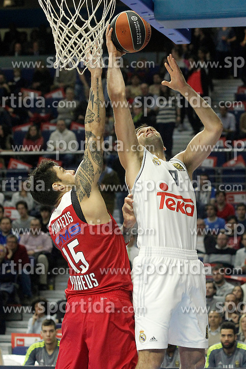28.01.2016, Palacio de los Deportes, Madrid, ESP, FIBA, EL, Real Madrid vs Olympiacos PiraeusPlayoff, 5. Spiel, im Bild Real Madrid's Felipe Reyes (r) and Olympimpiacos Piraeus' Georgios Printezis // during the 5th Playoff match of the Turkish Airlines Basketball Euroleague between Real Madrid and Olympiacos Piraeus at the Palacio de los Deportes in Madrid, Spain on 2016/01/28. EXPA Pictures © 2016, PhotoCredit: EXPA/ Alterphotos/ Acero<br /> <br /> *****ATTENTION - OUT of ESP, SUI*****