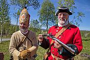 Stein Are Karlsen fra Stjørdal og Christianateen Artellerie Compagnie anno 1718 (i beige uniform), og Svein Karlsen, tidligere miljødirektør i Nord-Trøndelag, i en kopi av en norsk uniform anno 1718. Det vil si med rød jakke. Karolinerne (av Carolus, latinisert form av navnet Karl, svensk Karolinerna) betegnelsen på soldatene til Karl XII av Sverige som styrte fra 1697 til 1718, herunder den svenske arméen ledet av Carl Gustaf Armfeldt som ble overrumplet av uvær i Tydalsfjellene i januar 1719.Karolinernes dødsmarsj var det svenske tilbaketoget over Tydalsfjellene i Trøndelag i januar 1719. Karolinerne (av Carolus, latinisert form av navnet Karl) er betegnelsen på soldatene til den svenske kongen Karl XII. Den svenske retretten endte med tragedie, av en styrke på rundt 6 000 soldater døde halvparten og 800 ble krøplinger for resten av livet. Etter Karl XIIs død ved Fredriksten festning 11. desember 1718 ble alle svenske tropper i Norge beordret å trekke seg tilbake til Sverige. General Carl Gustaf Armfeldt ledet det svenske felttoget i Trøndelag. Han fikk melding om svenskekongens død den 7. januar 1719, da han befant seg i Haltdalen i Gauldalen med rundt 6 000 mann. Han besluttet å ta korteste vei mot Sverige: Først over fjellet til Tydalen og derfra over Tydalsfjellene til Åre i Jemtland. Vinteren hadde så langt vært preget av barfrost og lite snø i fjellet. De antok følgelig å ikke behøve ski for å ta seg frem, men armeen var dårlig utrustet etter fire måneders felttog i Trøndelag. Været var kaldt. Allerede den 8. januar brøt troppene opp fra Haltdalen og tok seg over til gårdene i Flora øverst i Selbu. Dette er en strekning på nesten 30 km. På grunn av det kalde været døde rundt 200 mann i fjellet. Etter at de hadde kommet til Flora, tok de seg videre oppover dalen til de kom til Tydal, det sies at da de forlot Flora, hadde de satt gården Flakne i full brann. Den 11. januar 1719 var hele den armfeldtske armeen samlet på g