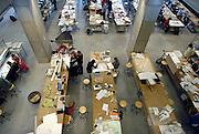 Nederland, Eindhoven, 8-10-2004..Praktijk ruimte in het bouwkunde gebouw van de technische universiteit, tu, t.u. TU/e. wetenschappelijk onderwijs, techniek, onderzoek, uitvindingen, beta studies, exacte vakken. Studenten zetten hier maquettes in elkaar. Ingenieur bouwtechniek...Foto: Flip Franssen/Hollandse Hoogte