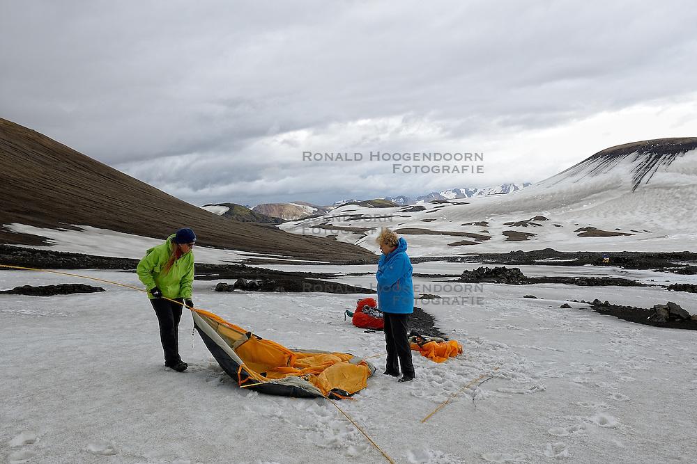 06-07-2014 NED: Iceland Diabetes Challenge dag 2, Landmannalaugar <br /> Trek van Landmannalaugar naar Hrafntinnusker. Een prachtige trekking door de hooggebergte van Landmannalaugar met veel kleuren, sneeuw, gletsjers en zwarte landschappen / Sandra, Annet