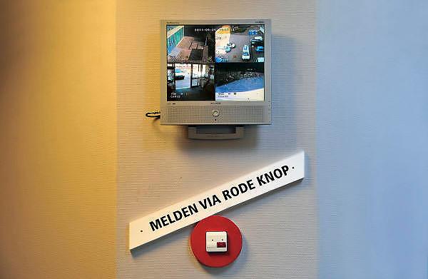 Nederland, Nijmegen, 29-9-2011In een verzorgingshuis, verpleeghuis in Nijmegen is vanwege bezuinigingen op het personeel de balie bij de ingang verdwenen. Om iemand te spreken moet er een bel gebruikt worden. Cameras houden de ingangin de gaten. Om 8 uur gaat de deur op slot en kunnen bezoek en bewoners alleen met een toegangspas het gebouw in.Foto: Flip Franssen