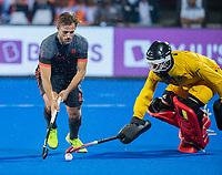 BHUBANESWAR, INDIA - Jeroen Hertzberger (Ned) met keeper Vincent Vanasch (Belgie) bij het nemen van de shoot-outs, tijdens de  finale tussen België en Nederland (0-0) bij het WK Hockey heren in het Kalinga Stadion. Belgie wint de shoot-outs en Wereldtitel. COPYRIGHT KOEN SUYK