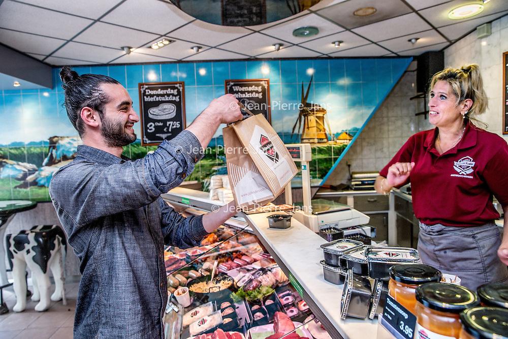 Nederland, Amsterdam, 23 juli 2016.<br />We volgen de Syrische jongen Ibrahim Najjar in de Spaarndammerbuurt in zijn zoektocht naar de ingredienten voor het Syrische kipgerecht Mskhan, een Syrisch ovengerecht met kip, citroen en ui.<br />Hij heeft zijn buren uitgenodigd bij hem te komen eten.<br /><br /><br />Voor de kip gaat Ibrahim uiteindelijk naar Keurslager John de Roode<br /><br />Foto: Jean-Pierre Jans
