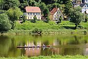 Rudere auf Elbe bei Bad Schandau, Elbsandsteingebirge, Sächsische Schweiz, Sachsen, Deutschland.|.rowing boat on river Elbe near Bad Schandau, Saxon Switzerland, Saxony, Germany