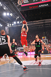 21.06.2015, Brose Arena, Bamberg, GER, Beko Basketball BL, Brose Baskets Bamberg vs FC Bayern Muenchen, Playoffs, Finale, 5. Spiel, im Bild Janis Strelnieks (Brose Baskets Bamberg / Mitte) beim Korbwurf. Mit im Bild (v.l.n.r.): Vladimir Stimac (FC Bayern Muenchen), Robin Benzing (FC Bayern Muenchen), Vasilije Micic (FC Bayern Muenchen) // during the Beko Basketball Bundes league Playoffs, final round, 5th match between Brose Baskets Bamberg and FC Bayern Muenchen at the Brose Arena in Bamberg, Germany on 2015/06/21. EXPA Pictures &copy; 2015, PhotoCredit: EXPA/ Eibner-Pressefoto/ Merz<br /> <br /> *****ATTENTION - OUT of GER*****