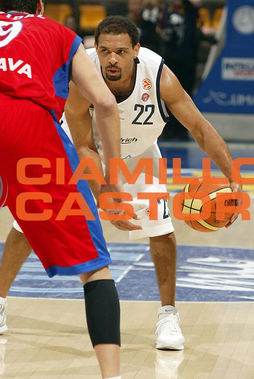 DESCRIZIONE : Bologna Eurolega 2005-06 Climamio Fortitudo Bologna Tau Ceramica Baskonia<br /> GIOCATORE : Garris<br /> SQUADRA : Climamio Fortitudo Bologna<br /> EVENTO : Eurolega 2005-06<br /> GARA : Climamio Fortitudo Bologna Tau Ceramica Baskonia<br /> DATA : 21/12/2005<br /> CATEGORIA : Palleggio<br /> SPORT : Pallacanestro<br /> AUTORE : Agenzia Ciamillo-Castoria/E.Pozzo