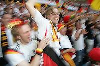 Eroeffnungsspiel WM 2006          Deutschland - Costa Rica Fans der deutschen Nationalmannschaft freuen sich ueber den Treffer zum 1:0.