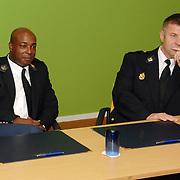 NLD/Huizen/20061103 - Ondertekening Horecaconvenant Graaf Wichman Huizen tussen bewoners, politie, Openbaar ministerie en winkeliers, dhr.Makkinje en