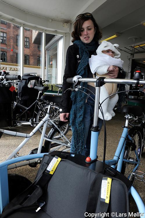 DK:<br /> 20100428, K&oslash;benhavn, Danmark.<br /> Ofri Earon kigger p&aring; cykelvogne hos Nihola<br /> Foto: Lars M&oslash;ller<br /> UK: <br /> 20100428, Copenhagen, Danmark.<br /> Ofri Earon and her baby Max is looking at Nihola bikes with Eden Teklay from Nihola<br /> Photo: Lars Moeller