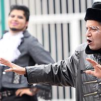 """Toluca, Mex.- Este fin de semana  en el jardín Zaragoza se llevo a cabo la puesta en escena """"La comedia de las equivocaciones"""", de William Shakespeare, bajo la dirección de Betania Paniagua,  como una forma de  promocionar la cultura en los espacios públicos por parte del ayuntamiento de Toluca, en colaboración con la Fundación UAEMEX y el Club Deportivo Toluca. Agencia MVT / Crisanta Espinosa. (DIGITAL)<br /> <br /> NO ARCHIVAR - NO ARCHIVE"""