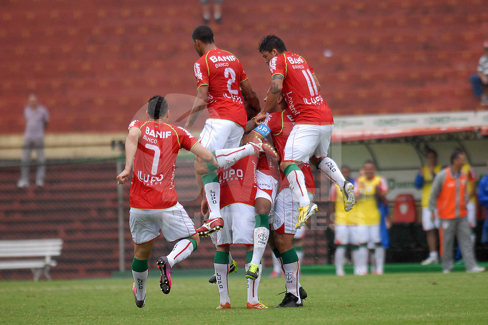 SÃO PAULO, SP, 17 DE MARÇO DE 2013 - CAMPEONATO PAULISTA A2 2013 - PORTUGUESA X  RIO BRANCO - Ferdinando (C) comemora com jogadores após marcar seu gol  durante partida entre a equipe do Rio Branco, válida pela 16ª rodada do campeonato Paulista A2, no estádio Canindé, na zona Norte da cidade de SÃO PAULO. FOTOS: DORIVAL ROSA/ BRAZIL PHOTO PRESS
