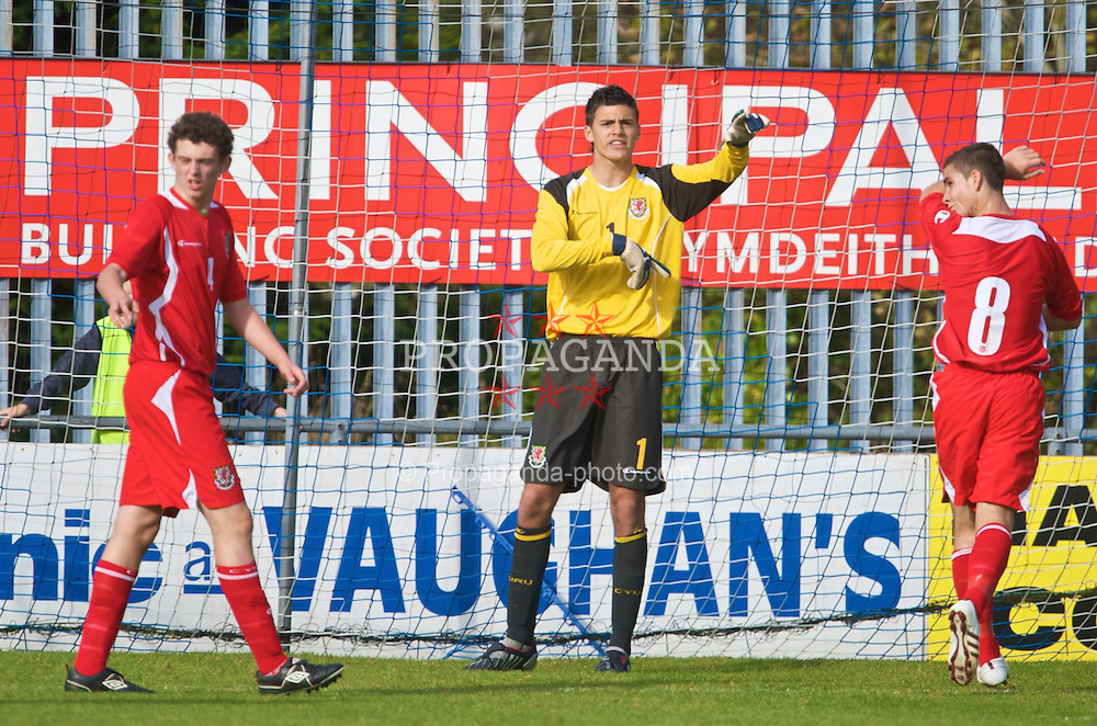 HAVERFORDWEST, WALES - Saturday, October 3, 2009: Wales' goalkeeper Jonathan Bond during the UEFA Under-17 Championship Qualifying Round Group 12 match against Russia at Bridge Meadow Stadium. (Pic by David Rawcliffe/Propaganda)