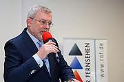 """Mannheim. 13.03.16 Rhein Neckar Fernsehen. RNF Geschäftsführer Bert Siegelmann.<br /> <br /> Im Streit um die Lizenz für das Regionalfenster im RTL-Programm ist in letzter Minute eine Einigung geglückt. """"Die beiden konkurrierenden Bewerber, Rhein-Neckar Fernsehen (RNF) und Zone 7 haben sich auf eine entsprechende einvernehmliche Regelung geeinigt"""", teilte ein Sprecher der Landesanstalt für Kommunikation (LFK) Baden-Württemberg, heute in Stuttgart mit. Demnach wird das RNF bis zum 31. Juli 2017 wie bisher sein Programm auf RTL ausstrahlen. Danach soll Zone 7 die regionale Berichterstattung im Rahmen des RTL-Fensterprogramms übernehmen.<br /> MLO<br /> Bild: Markus Prosswitz 13MAR16 / masterpress (Bild ist honorarpflichtig - No Model Release!)"""