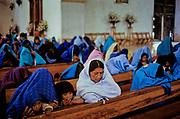 Chiapas, San Cristobal de las Casas. La popolazione maya degli Altos de Chiapas ha una fede profonda, impregnata di sincretismi in cui struttura religiosa e organizzazione sociale sono state inscindibili fino alla recente disgregazione di molte comunità, conseguenza del conflitto interno e di una forte emigrazione.