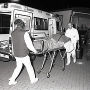 NLD/Huizen/19910507 - Slachtoffer steekpartij in het woonwagenlamp aan het Ellertsveld in Huizen word naar de ambulance gebracht