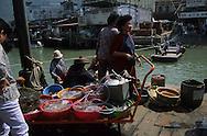 Hong Kong. Tai 0 village,  Sampan s in Cheng Chau island  lantau Island       /  Tai 0 village. charmant petit village de pécheurs sur pilotis dont la seule attraction est la petite barque tirée par deux vielles dames, qui permet de relier la presqu'île à Lantau.  lantau Island      /  R94/32    L1034  /  R00094  /  P0001942