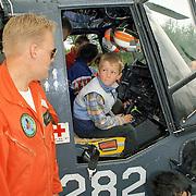 NLD/Huizen/19910525 - Waterspektakel Huizen 1991, publiek mag een marine Lynx helicopter 282 bezichtigen