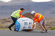 De VeloX3 wordt gevangen na een recordrit. Sebastiaan Bowier heeft met de VeloX3 van het Human Power Team Delft en Amsterdam een nieuw wereldrecord gezet. Hij haalde een snelheid van   In Battle Mountain (Nevada) wordt ieder jaar de World Human Powered Speed Challenge gehouden. Tijdens deze wedstrijd wordt geprobeerd zo hard mogelijk te fietsen op pure menskracht. Ze halen snelheden tot 133 km/h. De deelnemers bestaan zowel uit teams van universiteiten als uit hobbyisten. Met de gestroomlijnde fietsen willen ze laten zien wat mogelijk is met menskracht. De speciale ligfietsen kunnen gezien worden als de Formule 1 van het fietsen. De kennis die wordt opgedaan wordt ook gebruikt om duurzaam vervoer verder te ontwikkelen.<br /> <br /> De VeloX3 is caught after setting a new record. Sebastiaan Bowier sets a new world record speed biking with the VeloX3 of the Human Power Team Delft and Amsterdam. His speed was   . In Battle Mountain (Nevada) each year the World Human Powered Speed Challenge is held. During this race they try to ride on pure manpower as hard as possible. Speeds up to 133 km/h are reached. The participants consist of both teams from universities and from hobbyists. With the sleek bikes they want to show what is possible with human power. The special recumbent bicycles can be seen as the Formula 1 of the bicycle. The knowledge gained is also used to develop sustainable transport.
