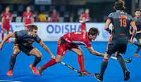 BHUBANESWAR, INDIA -  Thijs van Dam (Ned) met Arthur van Doren (Belgie)    tijdens de  finale tussen België en Nederland bij het WK Hockey heren in het Kalinga Stadion. COPYRIGHT KOEN SUYK