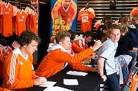 ROTTERDAM - Jan Willem Buisant zet handtekeningen. Meet and Greet, handtekeningen verzamelen bij de hockey internationals in de Adidas stand tijdens de Rabobank Hockey World League. FOTO KOEN SUYK