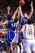 Parigi 03/07/1999<br /> Campionati Europei di Basket Francia 1999<br /> Finale<br /> Italia-Spagna<br /> Gregor Fucka e Roberto Chiacig lottano sotto canestro