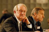 1998 JAN 31, DORTMUND/GERMANY<br /> Johannes Rau, SPD, Ministerpr&auml;sident Nordrhein-Westfalen, und Wolfgang Clement, SPD, Wirtschaftsminister Nordrhein-Westfalen, auf dem Landesparteitag der SPD NRW<br /> IMAGE: 19980131-01/01-32