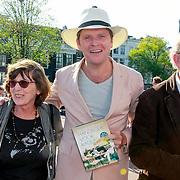 NLD/Amsterdam/20130607 - Beau van Erven Dorens springt met zijn zonen in de Amstel om zijn boek 'Handboek voor Vaders' te dopen, Beau van Erven Dorens met zijn ouders