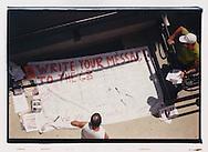 """Proteste contro il summit del G8, Genova luglio 2001. Media center del GSF presso la scuola Pertini, via Battisti, 17 luglio. """"Write your message to the G8""""."""