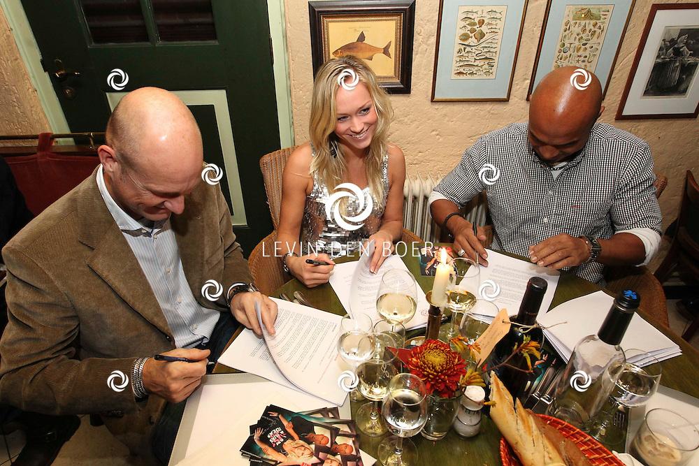 DEN BOSCH - In Bistro/Restaurant Allerlei en Visserij tekenden de nieuwe formatie Twenty 4 Seven het contract met Ruud van Rijen waarmee ze een nieuwe start gaan maken. Met op de foto Ruud van Rijen, Li-Ann en Stay-C. FOTO LEVIN DEN BOER - PERSFOTO.NU ***EXCLUSIEF***