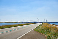 Windturbines bij de Oesterdam, dam tussen Tholen en Zuid-Beverland. Het is de langste dam (10,5 kilometer) van de Deltawerken. - Wind turbines near the Oesterdam, the longest dam of the Delta Works in the Netherlands