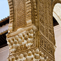 Columnas del patio de los Leones. La Alhambra es una ciudad palatina andalusí situada en Granada, España. Formada por un conjunto de palacios, jardines y fortaleza que albergaba una verdadera ciudadela dentro de la propia ciudad de Granada, que servía como alojamiento al monarca y a la corte del Reino nazarí de Granada, Andalucia. España. Alhambra is a palace and fortress complex located in Granada, Andalusia, Spain. It was originally constructed as a small fortress in 889 and then largely ignored until its ruins were renovated and rebuilt in the mid-11th century by the Moorish emir Mohammed ben Al-Ahmar of the Emirate of Granada, who built its current palace and walls. It was converted into a royal palace in 1333. Granada. Andalusia. Spain