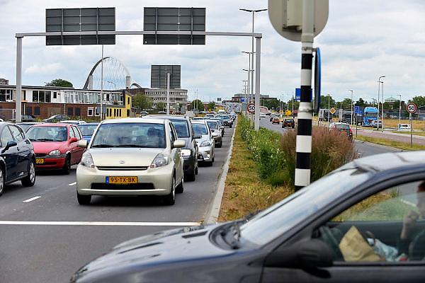 Nederland, Nijmegen, 20-6-2015Dit weekeinde is de oude brug over de waal afgesloten omdat hij wordt aangesloten op de nieuwe verlenging die gebouwd is vanwege de aanleg van de nevengeul. Het leide tot wat files bij de nieuwe stadsbrug de Oversteek.FOTO: FLIP FRANSSEN/ HOLLANDSE HOOGTE