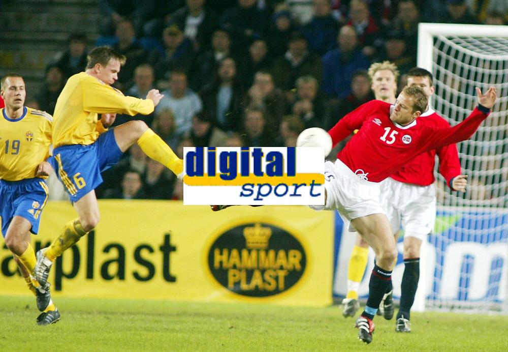 Fotball, 17. april 2002. Landskamp, Norge v Sverige 0-0.  Tobias Linderoth, Sverige og Bård Borgersen, Norge..