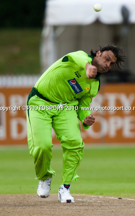 Shoaib Akhtar bowls during New Zealand Black Caps v Pakistan, Match 2. Twenty 20 Cricket match at Seddon Park, Hamilton, New Zealand. Tuesday 28 December 2010. . Photo: Stephen Barker/PHOTOSPORT