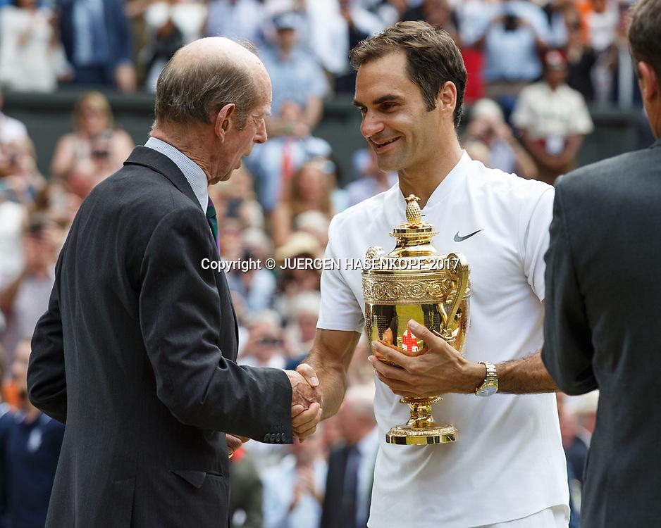 Herzog von Kent ueberreicht Sieger ROGER FEDERER (SUI) den Pokal,Siegerehrung,Praesentation, Endspiel, Final<br /> <br /> Tennis - Wimbledon 2016 - Grand Slam ITF / ATP / WTA -  AELTC - London -  - Great Britain  - 16 July 2017.