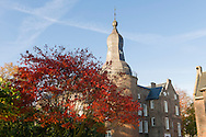 Nederland, Well, 20151102.<br /> Emerson College European Centre op het kasteel in Well, Limburg.<br /> Kasteel Well is een fraaie waterburcht. Het huidige kasteel werd pas gebouwd in de vijftiende eeuw, maar kreeg pas later, in de zeventiende eeuw, zijn huidige aanzicht. Achter het huidige kasteel liggen de resten van een torenmolen uit de vijftiende eeuw. 