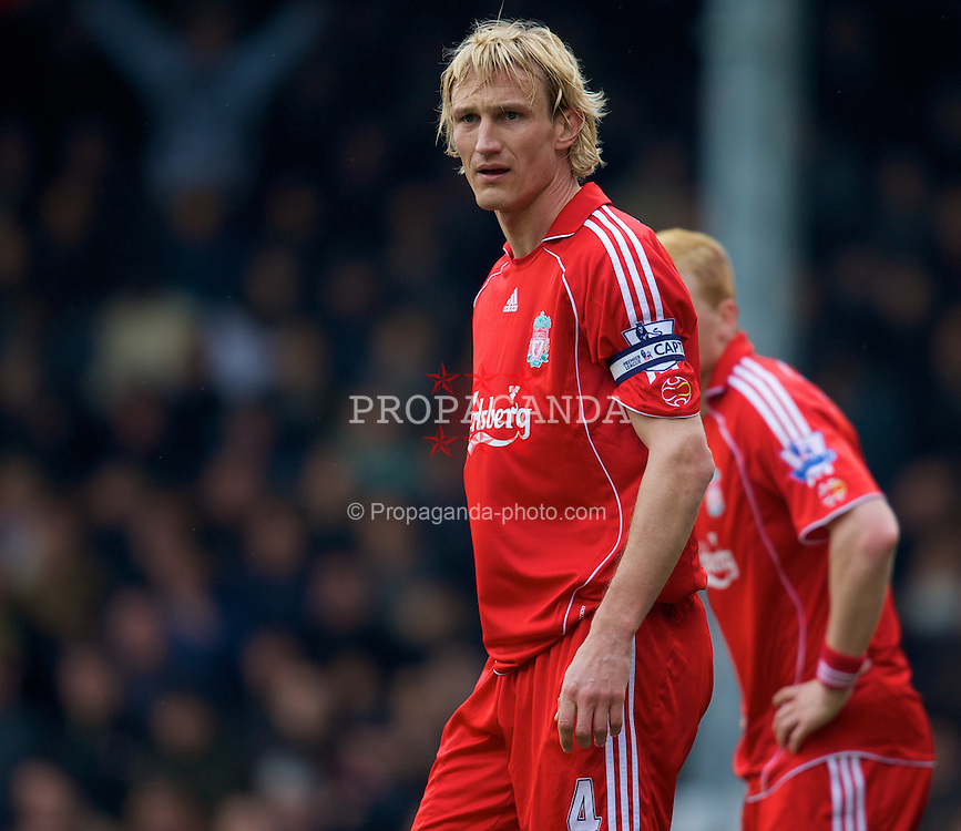LONDON, ENGLAND - Saturday, April 19, 2008: Liverpool's Sami Hyypia against Fulham's Danny Murphy during the Premiership match at Craven Cottage. (Photo by David Rawcliffe/Propaganda)
