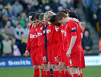 Fotball<br /> Premier League England 2004/2005<br /> Foto: SBI/Digitalsport<br /> NORWAY ONLY<br /> <br /> 03.01.2005<br /> <br /> Norwich City v Liverpool<br /> <br /> Liverpool's players observe a minutes silence.
