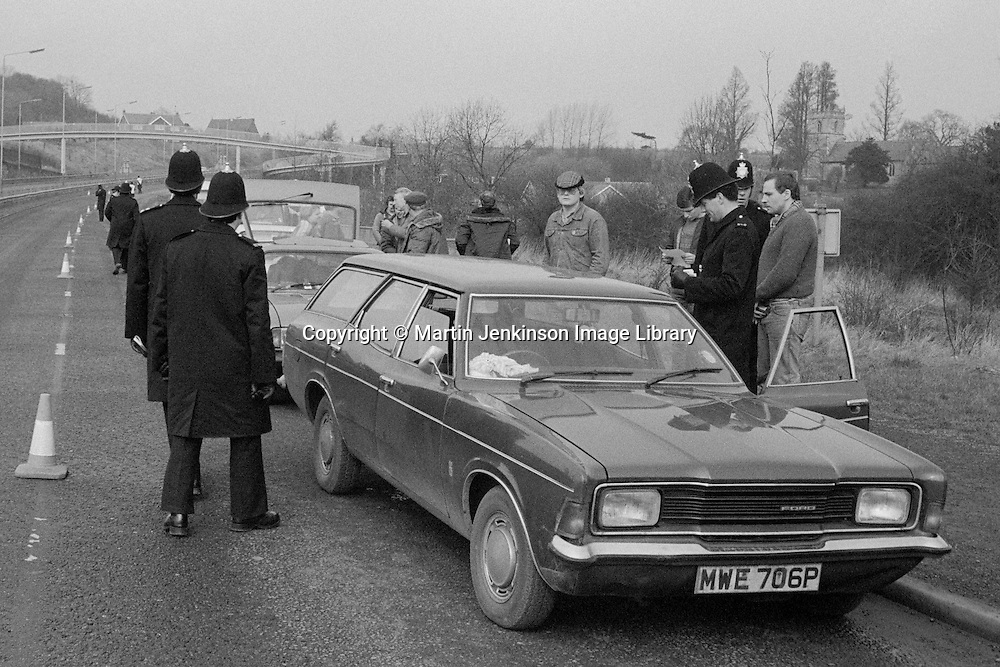 Miners pickets stopped at a Police road block on the Nottinghamshire border