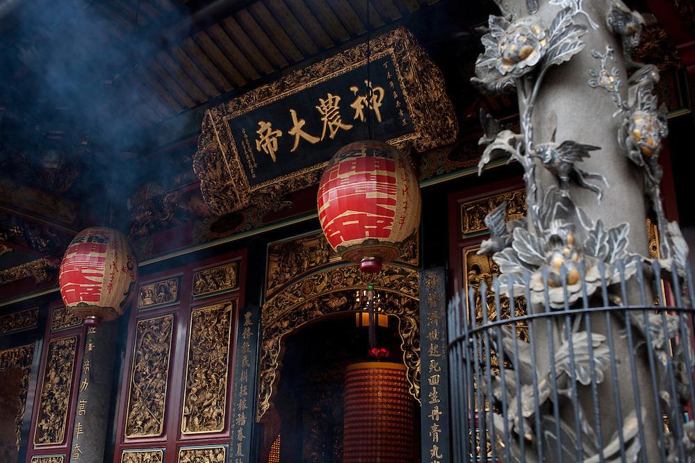 D'après la tradition bouddhique si l'encens déposé fait beaucoup de fumée pendant les prières, cela indique la rpésence de Bouddha parmi les fidèles.