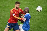 FUSSBALL  EUROPAMEISTERSCHAFT 2012   VORRUNDE Spanien - Italien            10.06.2012 Gerard Pique (li, Spanien) gegen Mario Balotelli (re, Italien)