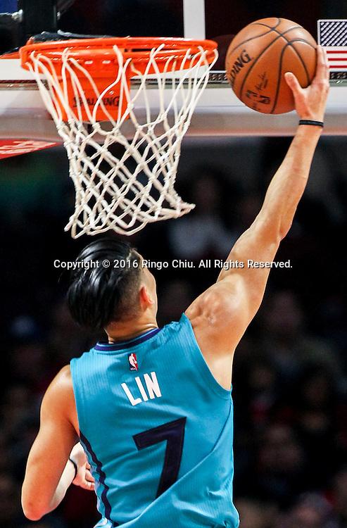 1月9日,夏洛特黄蜂队林书豪在比賽中上籃。 当日,在2015-2016赛季NBA常规赛中,洛杉矶快船队主场以97比83战胜夏洛特黄蜂队。林书豪攻下全場最高26分。 新華社發 (趙漢榮攝)<br /> Charlotte Hornets Jeremy Lin goes up for a lay up against Los Angeles Clippers during the NBA basketball game in Los Angeles, the United States, Jan. 9, 2016. Los Angeles Clippers won 97-83. (Xinhua/Zhao Hanrong)(Photo by Ringo Chiu/PHOTOFORMULA.com)<br /> <br /> Usage Notes: This content is intended for editorial use only. For other uses, additional clearances may be required.