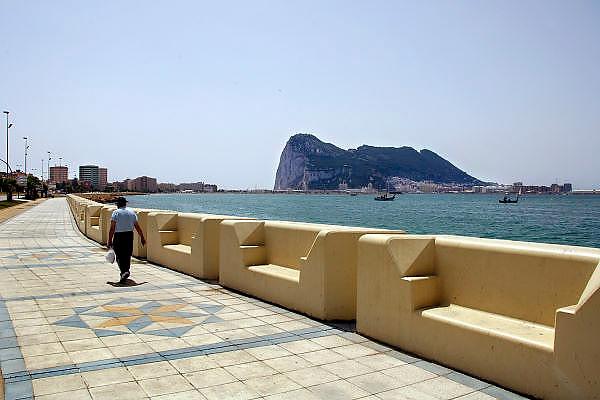 Spanje, Gibraltar, 8-6-2006..Uitzicht op het schiereiland, de rots van Gibraltar, vanaf de Spaanse plaats La Linea de Conception...Britse kroonkolonie. Spanje wil de rots terug. Engelse enclave...Foto: Flip Franssen